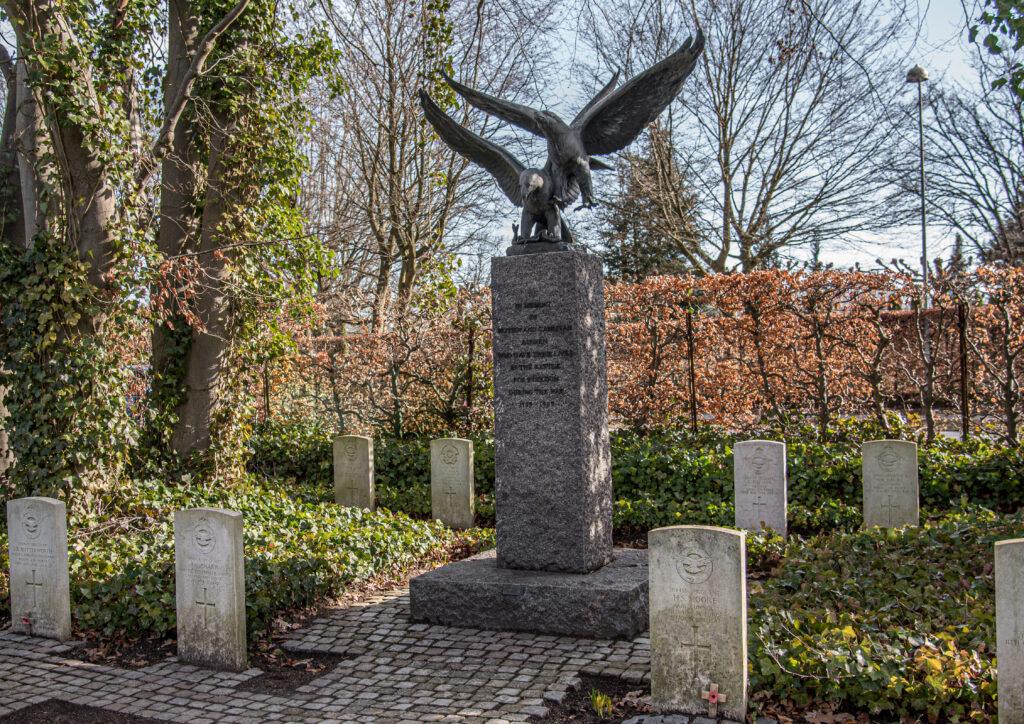 Erik Cohrts monument over allierede flyvere på Assistens Kirkegård. Niels Holmgaard fot.
