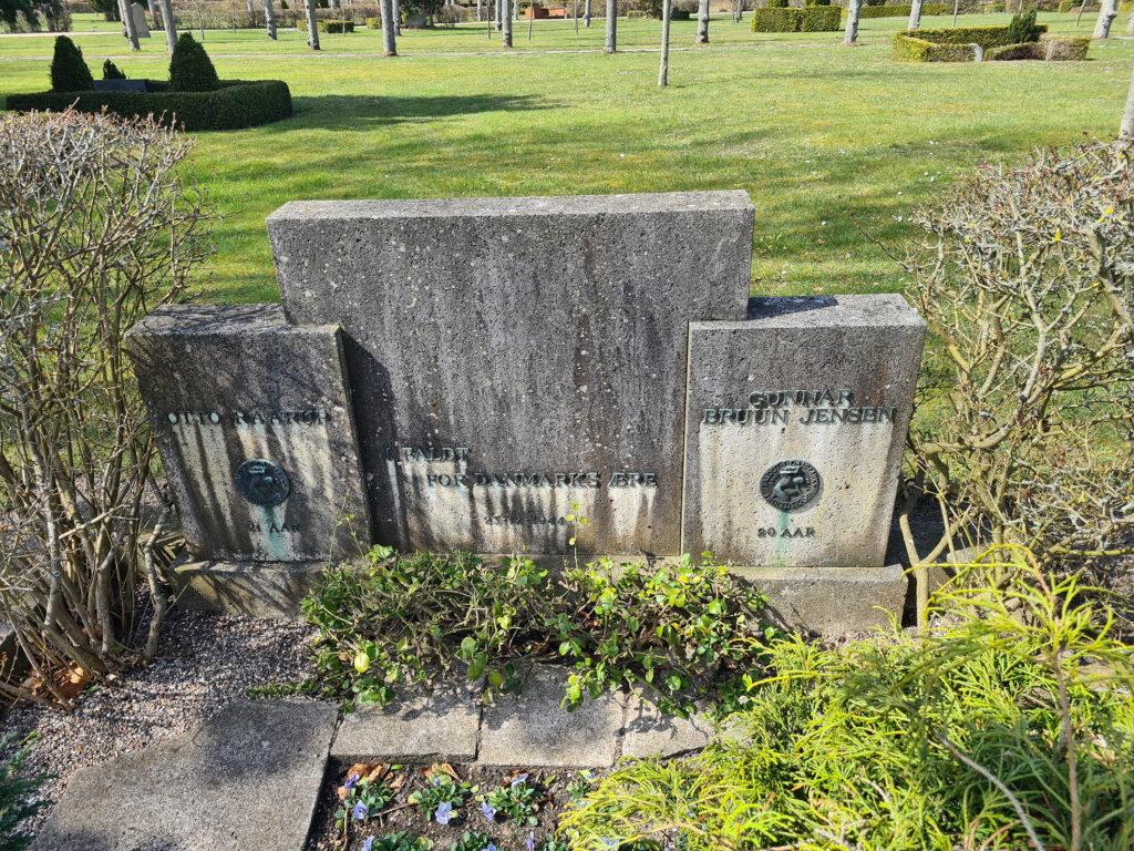 Fælles grav- og mindesten for Gunnar Bruun Jensen og Otto Raarup