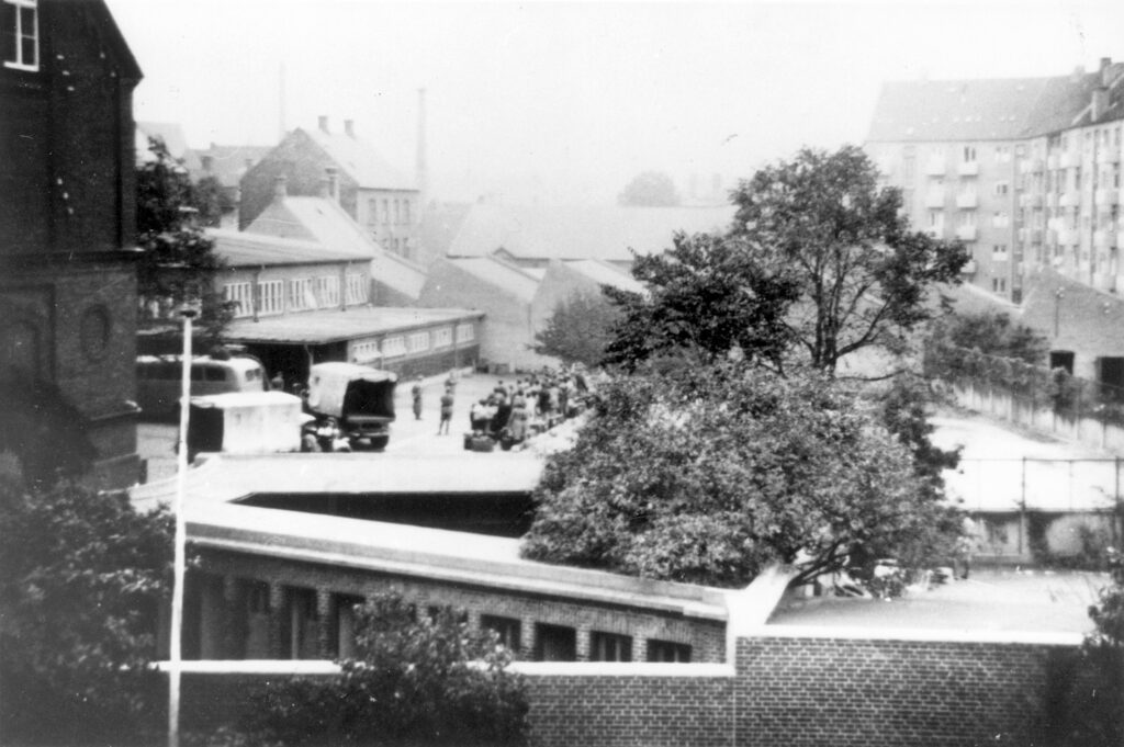 Jødeaktionen den 2.10.1943. Jøder samles i Vestre Skoles skolegård før deportation.
