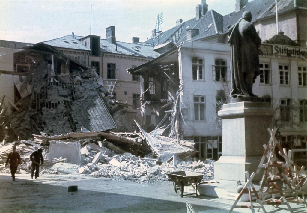 Fyens Stiftstidendes bygning på Gråbrødre Plads efter tysk terror den 26. maj 1944.