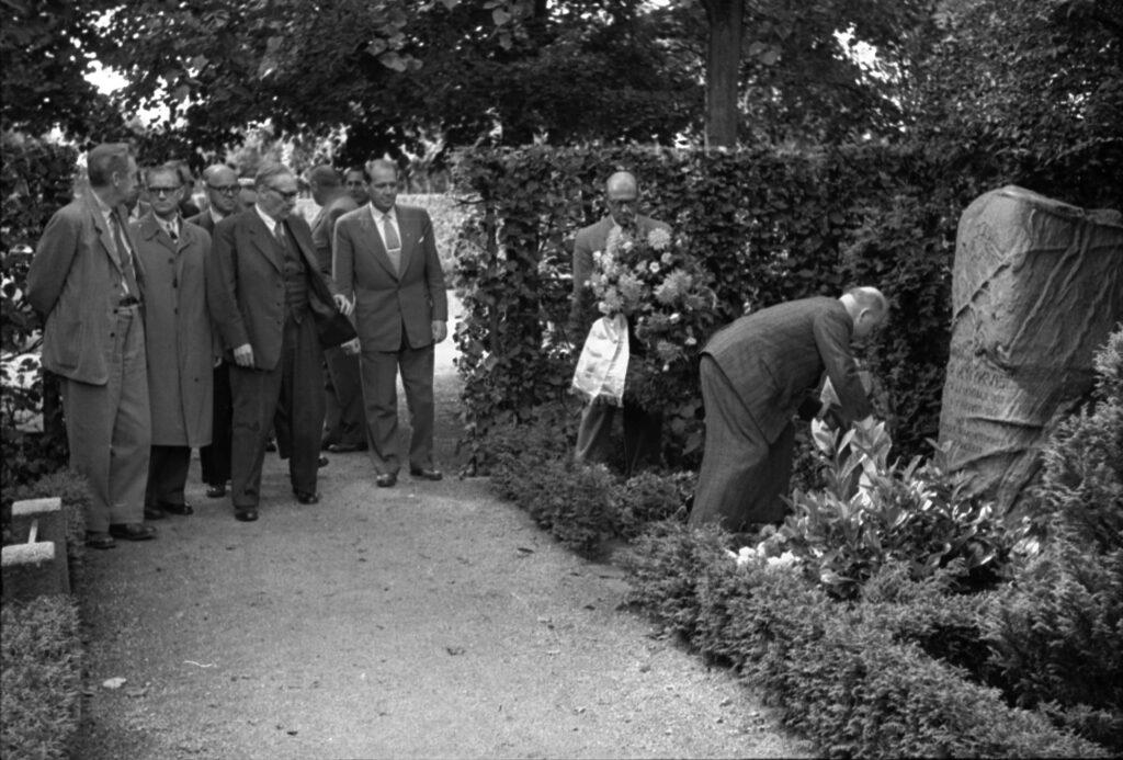 Nedlægning af krans på M. Nykvists grav 1954