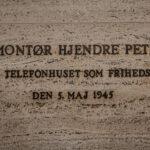 Mindetavle i Telefonhuset for Hjendre Petersen