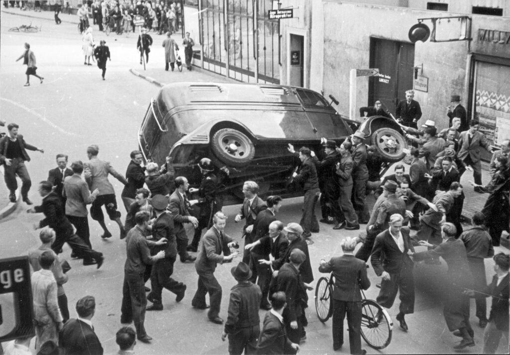 Augustoprør 1943, politibil i Asylgade