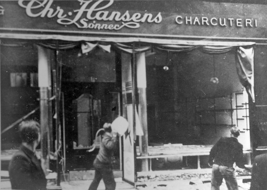 Augustoprør 1943: Unge stenkastere i aktion.