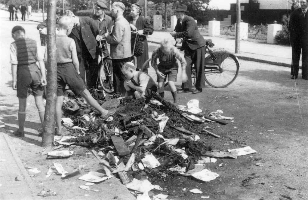 Augustoprør 1943: Børn roder i afbrændt indbo der havde tilhørt en nazist.