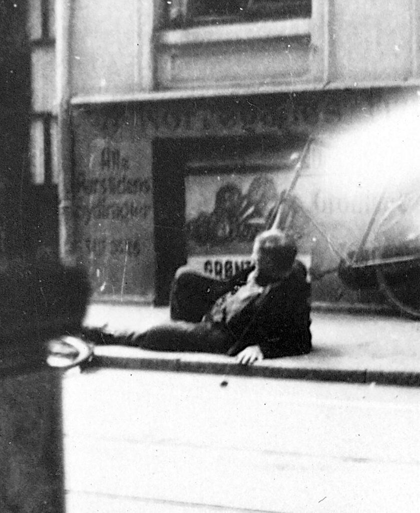 Vilhelm Anders Jensen ligger på gaden 18.8.1943