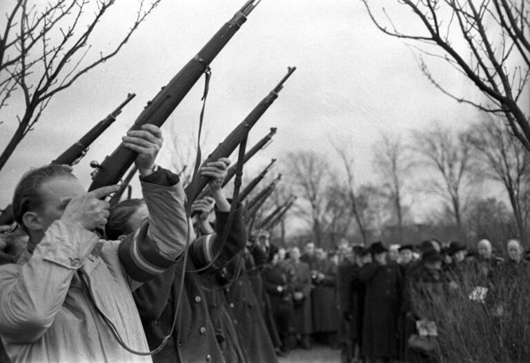 Æressalut ved modstandsmanden Gunnar Carlo Nielsens begravelse, januar 1946.