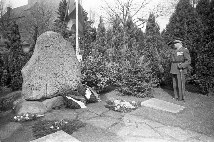 Besøg ved monumentet for faldne 9. april, 10 år efter krigen.