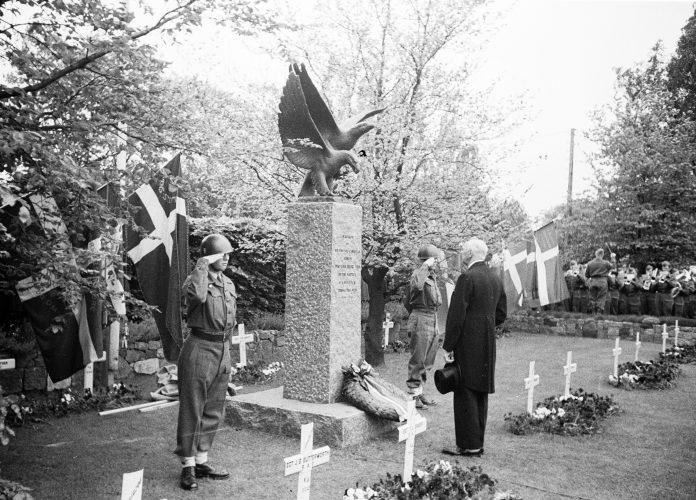 Afsløring af monument for engelske flyvere 1949