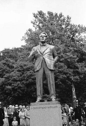 J. Christmas Møllers statue afsløres i Kongens Have 1951
