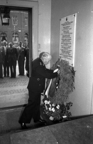 Odenses politimester lægger krans ved mindetavle 1947
